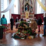 OGV schmückt den Erntedankaltar in der Pfarrkirche